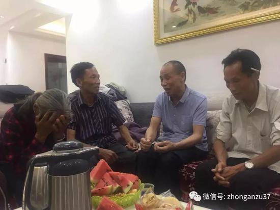 ▲被判无罪后,李锦莲在妹妹家中与兄弟姐妹团聚叙旧。新京报记者王巍摄
