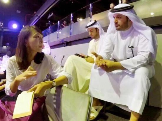 记者与艾哈迈迪交谈。 新华社记者 郑开君摄