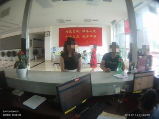 受不了妻子家暴,黄真(右)向派出所报案。九龙坡警方供图