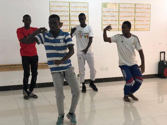 2018年7月18日,塞内加尔达喀尔大学孔子学院学生练习打太极拳。(新华社记者骆珺摄)
