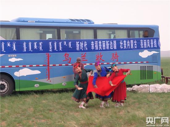 苏尼特右旗乌兰牧骑雨中为农牧民演出 央广网记者王晶 摄