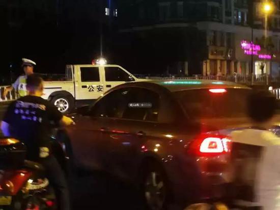 交警现在曾经在丰潭路文二路口设卡对交通停止劝导
