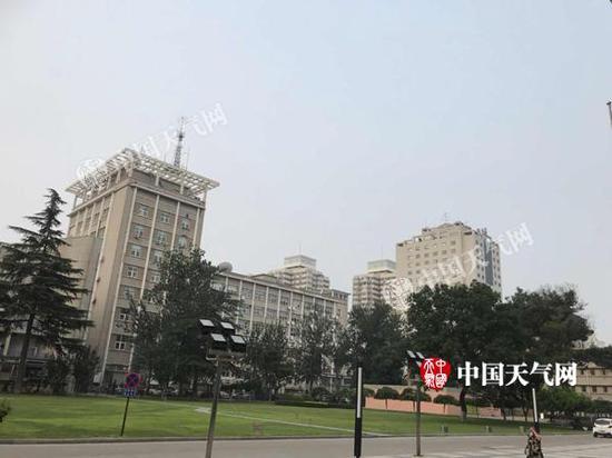今晨,北京天气闷热。