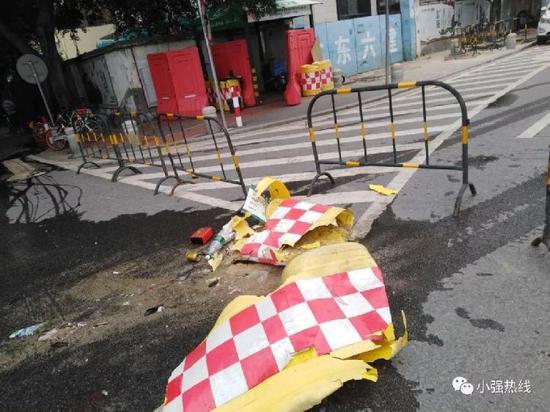 现场护栏被撞毁