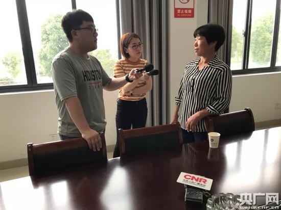 记者采访后陈村监委会主任陈玉球(央广网记者尧遥摄)
