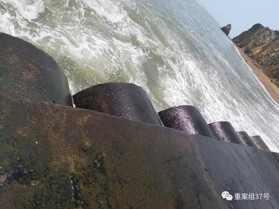 ▲金石滩黄金海岸的排水口。 新京报记者段睿超摄