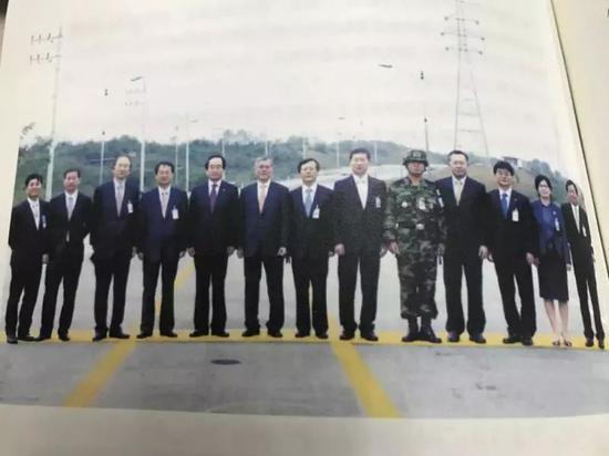 文在寅和同事在卢武铉离开分界线后合影