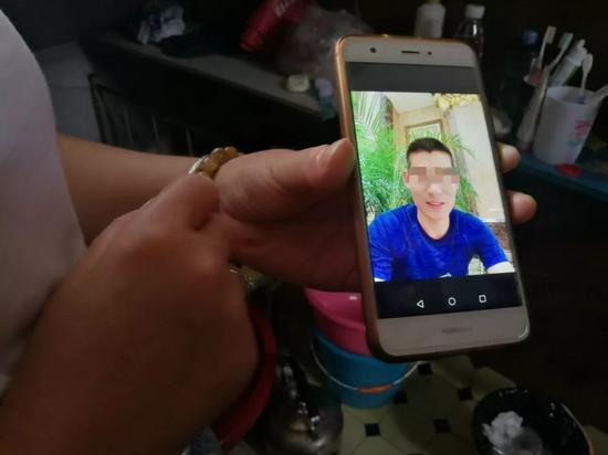 张易去世后,李欢在他手机中找出一张照片作为遗照,他身上穿着事发当天同一件短袖。新京报记者王双兴摄