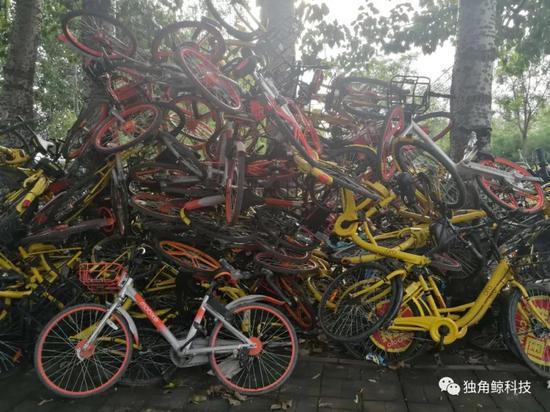 ▲北京朝阳区一路边堆放着共享单车