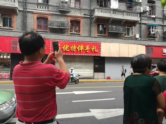 事发后,奇遇城堡被木板钉住。8月14日早上有路人在此拍照。新京报记者王双兴摄