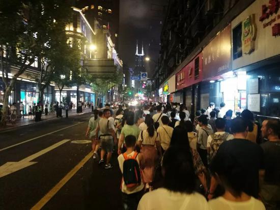晚上,南京东路上的行人。新京报记者王双兴摄