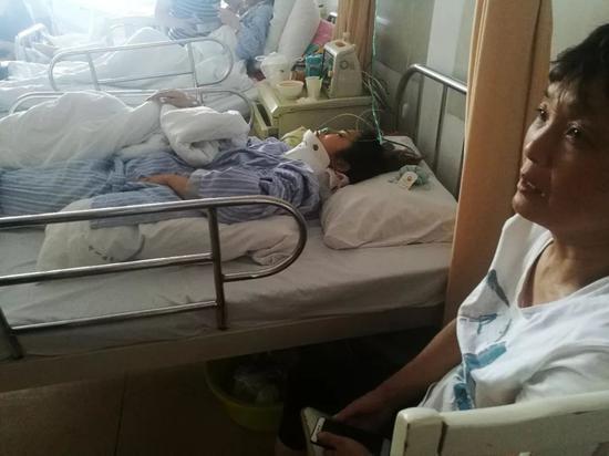 和张易一同被砸到的行人正在住院接受治疗。新京报记者王双兴摄