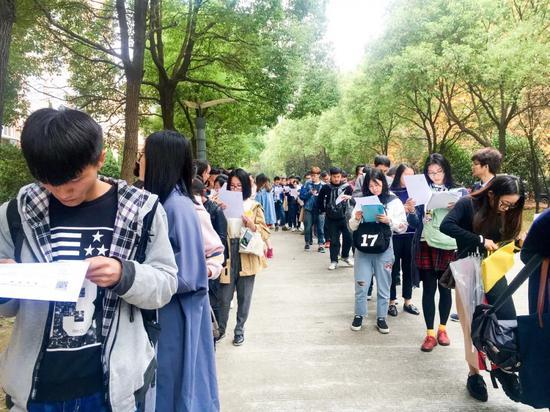 △2017年11月10日,杭州,2018年研究生考试报名确认点现场/视觉中国