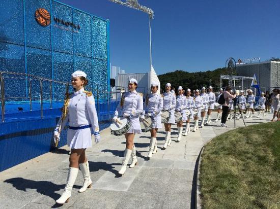 在远东风采街上展演的女子军乐队(新华社记者李建敏摄)