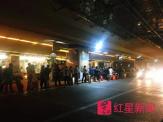 ▲首都机场等候出租车的乘客排成长龙。图片来源红星新闻