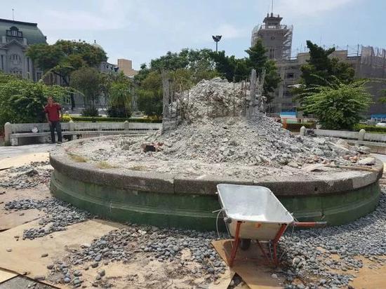▲原本立有孙中山铜像的基座被拆除。(联合新闻网)