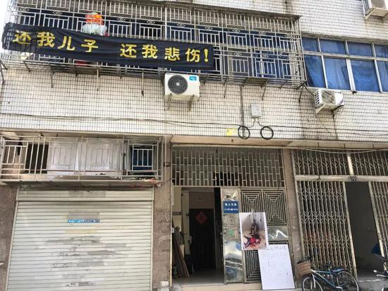 事发后,林某厦居住的居民楼门口。新京报记者刘壹昭摄