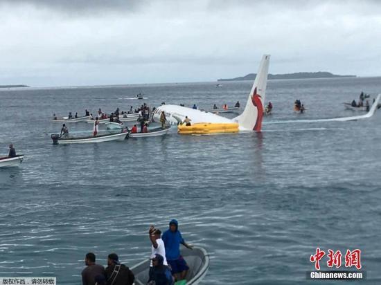 當地時間9月28日,新幾內亞航空公司一架客機在太平洋島國密克羅尼西亞降落時偏離機場跑道,墜入海裡,機上47名乘客與機組人員全部被救出。