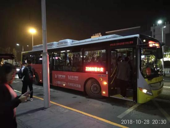 事故公交车同线路的同外观新能源大巴车,车顶突出物为动力电池堆、电控系统及空调等。摄影 程维