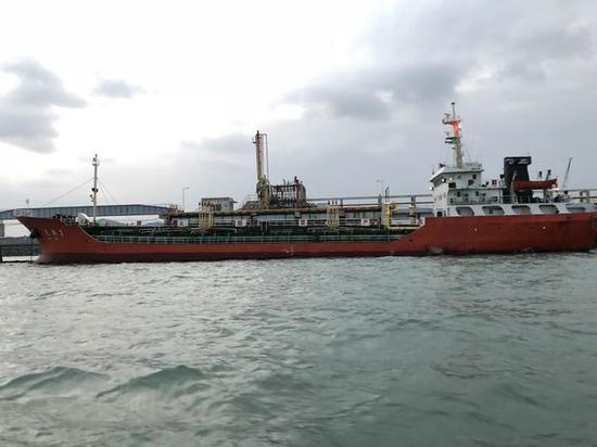 """(事故现场的东港石化2000吨码头及当时接收碳九装船的""""天桐1号""""。)"""