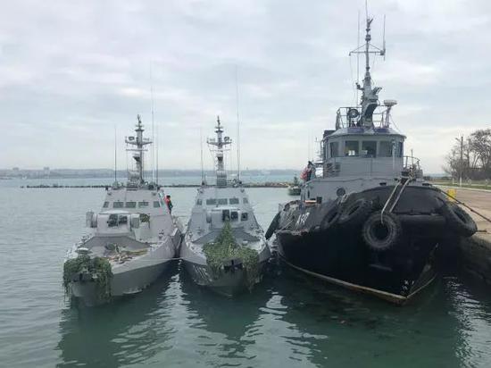▲這是11月26日拍攝的被俄方扣留的3艘烏海軍軍艦。(新華社/俄羅斯衛星社)
