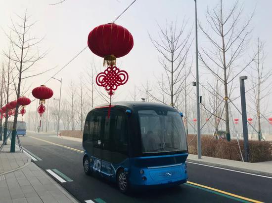 △一辆小型无人驾驶智能公交车在市民服务中心行驶。(央视记者拍摄)
