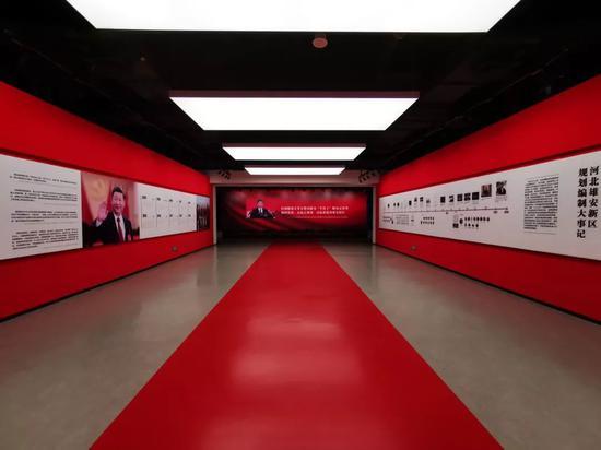 """△规划展示中心的一展厅""""新时代的战略决策""""。(央视记者张晓鹏拍摄)"""