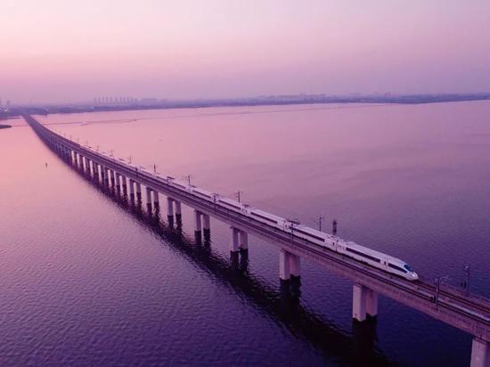 京沪下铁丹昆特年夜桥,齐少约165千米,是天下上最少的桥梁,拍照师@王璐/星球研讨所