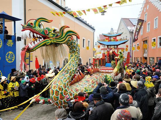 """德国小镇90年传统""""中国狂欢节"""" 今年定在2月28日"""