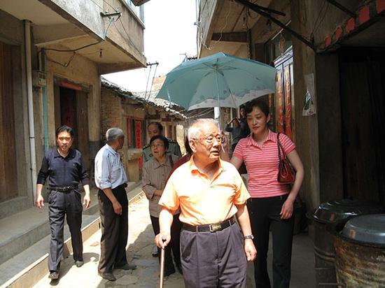 """张斌参与""""淮海战争""""成功60周年留念大会后返乡。"""