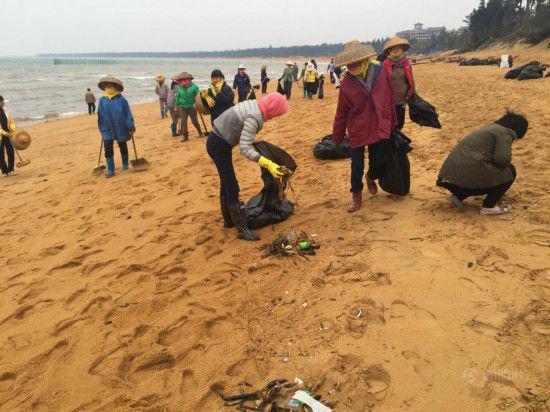 (圖爲2016年2月,臨高縣委、縣政府組織上千人清理海灘垃圾)