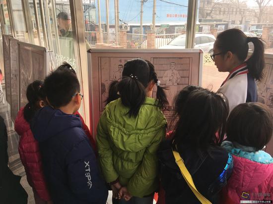 北京市第十四中学进社区传递文明精神。学校供图。