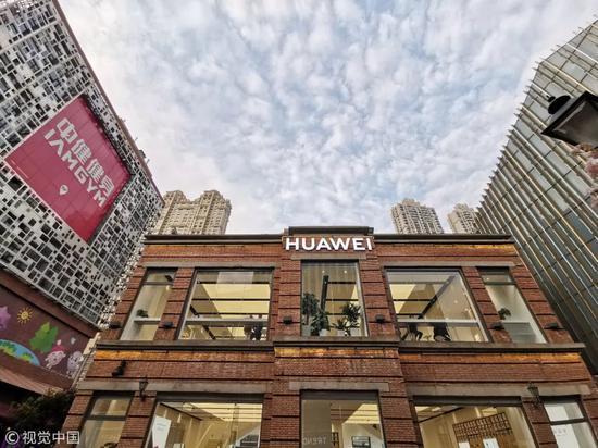 ▲3月23日,全国首家华为授权体验店Plus在武汉楚河汉街正式开业。(视觉中国)