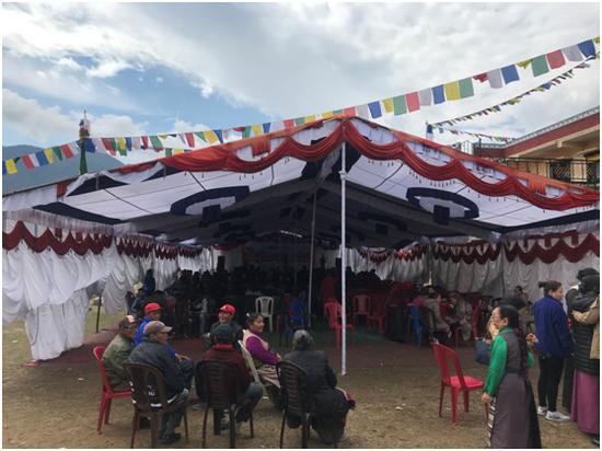 """记者探访当天,博卡拉""""大石岭西藏村""""正在举行庆祝活动 彭泽锋摄"""