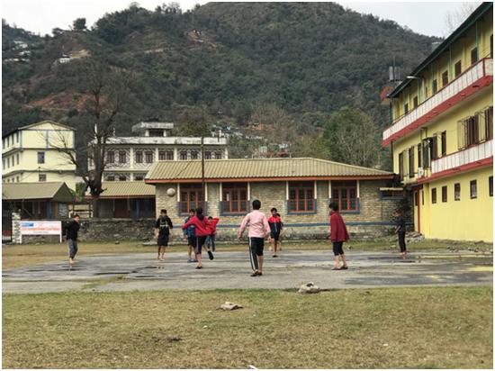 """在博卡拉""""大石岭西藏村"""",在尼藏人孩子与尼泊尔孩子踢球 彭泽锋摄"""