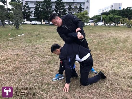 安全员赵文辉(右)