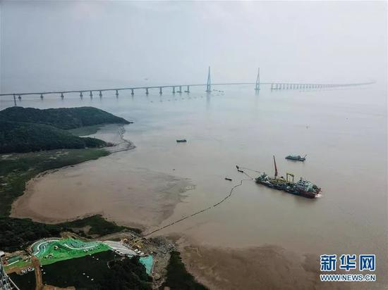 ▲海纜施工船的遠處是舟山跨海大橋。