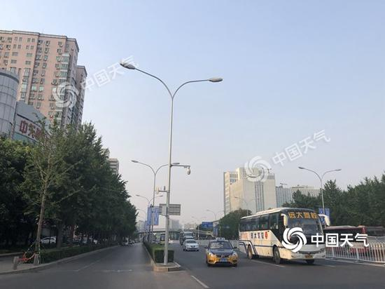 12日晨,北京天空稍显灰蒙。(图/王晓)