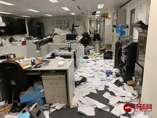 立法会秘书室的监控系统被破坏,满地散落着文件。