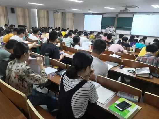 蒋华松的高数课堂。新京报记者王双兴摄