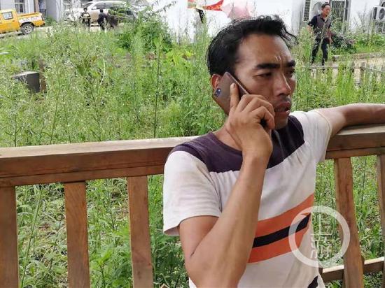 ▲贵州水城参与滑坡事故现场寻人的村民王小勇。摄影/上游新闻见习记者 王敏