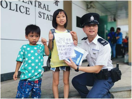 有孩子到中区警署给警察送上贺卡。