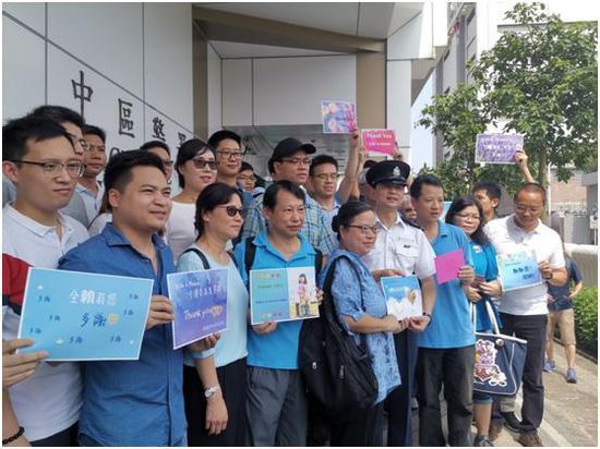 在香港中区警署门前,市民与警察合影。
