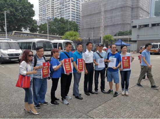 大批香港民众来到葵涌警署慰问警察。