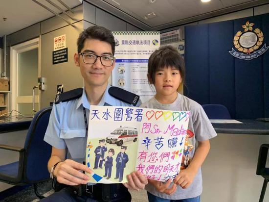 天水围警署,市民对警察表达感谢。陈青青/摄