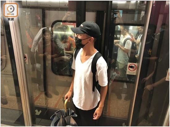 """有请愿者正在旺角站用书包障碍车门封闭。图源:""""东网"""""""