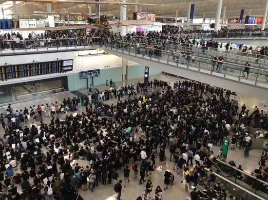 """""""乌衣人""""梗塞喷鼻港国际机场致机场瘫痪"""