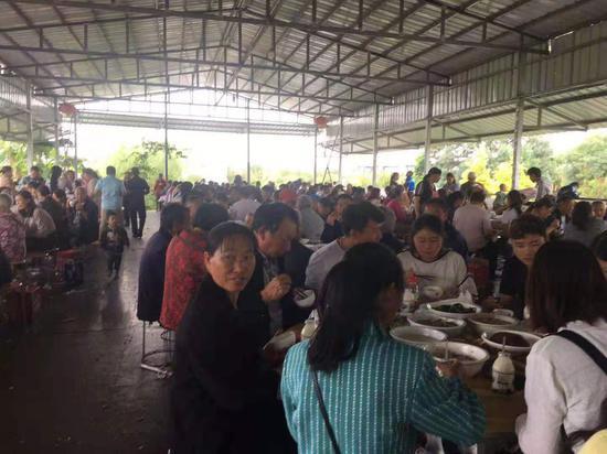 ↑8月14日,親生兒子小劉回家了,汪大姐家舉辦宴席