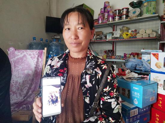 ↑小李的親生母親手機里存著一家人的合照