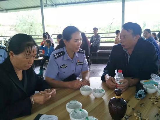↑涼山公安民警駱敏和小李親生父母